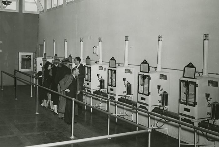 Návštěvníci stojí před inkubátory Martin Couneye na výstavě New York World's Fair attraction, 1939-1940.